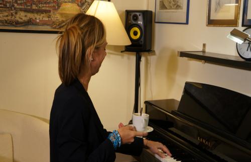 Klavierspielen mit Kaffee