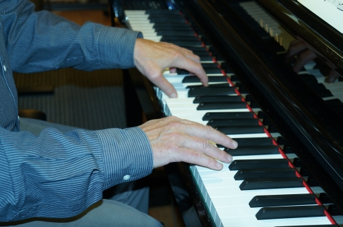 Klavierstücke vorspielen lassen!