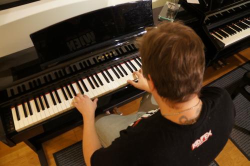 Ein erfahrener Klavierlehrer betreut Sie!